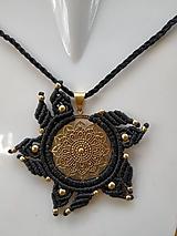 Náhrdelníky - Makramé mosadzny nahrdelnik Mandala - 10740384_