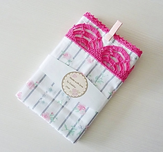 Úžitkový textil - Utierka s ružičkami a háčkovanou krajkou - 10741354_