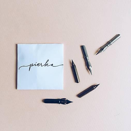 Pierko, 5ks: kaligrafická pomôcka
