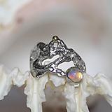 Prstene - Reliéfny strieborný prsteň so zlatou guličkou a s etiópskym opálom - Šum - 10747528_