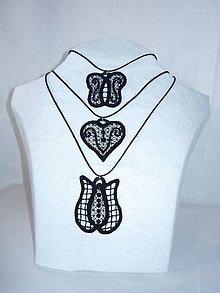 Náhrdelníky - Vyšívaný náhrdelník - srdce - 10747381_