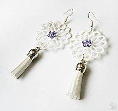 Náušnice - Elegantné biele čipkované náušnice so strapcami s kamienkom (Elegantné biele čipkované náušnice so strapcami a fialovým kamienkom) - 10751270_