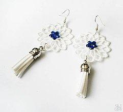 Náušnice - Elegantné biele čipkované náušnice so strapcami s kamienkom (Elegantné biele čipkované náušnice so strapcami a modrým kamienkom) - 10751277_