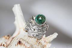 Prstene - Reliéfny strieborný prsteň s eilatským kameňom - Šum - 10748822_