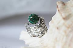 Prstene - Reliéfny strieborný prsteň s eilatským kameňom - Šum - 10748826_