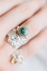 Prstene - Reliéfny strieborný prsteň s eilatským kameňom - Šum - 10748828_