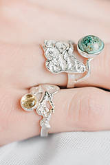 Prstene - Reliéfny strieborný prsteň so zlatou guličkou a s citrínom - Šum - 10748835_