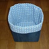 Košík z rífloviny (dno 17x17 cm, výška (po vyhnutí) 20 cm,)