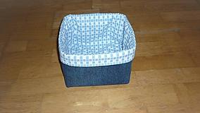 Košík z rífloviny (dno 17x17 cm, výška (po vyhnutí) 12 cm,)