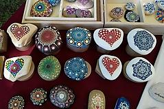 Drobnosti - Srdiečko v dobrej spoločnosti - Na kameni maľované - 10751384_