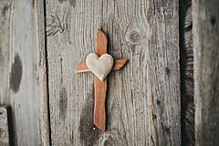 Dekorácie - Drevený kríž so srdiečkom - 10749537_