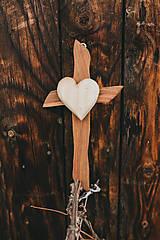 Dekorácie - Drevený kríž so srdiečkom - 10749538_