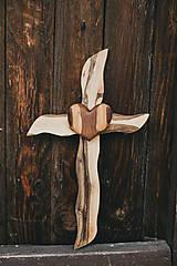 Dekorácie - Drevený kríž so srdiečkom - 10749539_