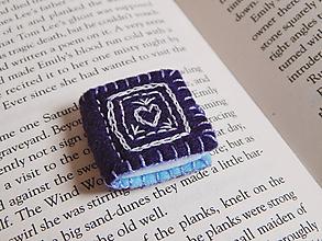 Odznaky/Brošne - Miniatúrné knižky z filcu - fialová - 10750186_