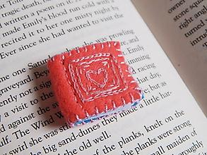 Odznaky/Brošne - Miniatúrné knižky z filcu - ružová - 10750204_