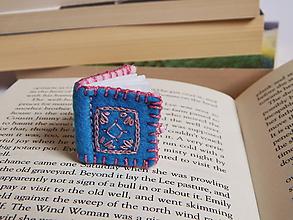 Odznaky/Brošne - Miniatúrné knižky z filcu - modrá - 10750214_