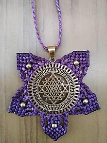 Náhrdelníky - Makramé mosadzny nahrdelnik fialovy Trinity - 10749980_