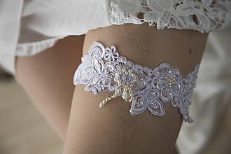 Bielizeň/Plavky - Čipkovaný svadobný podväzok s perlami - 10750568_