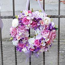 Dekorácie - Veniec na svadobné auto s fréziami ružovo fialový - 10754793_
