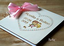 Svadobná kniha hostí, drevený fotoalbum -zaľúbený párik malovaný