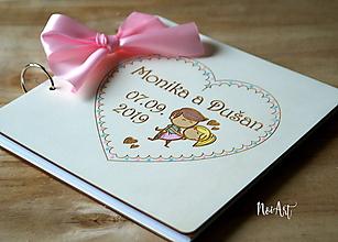 Papiernictvo - Svadobná kniha hostí, drevený fotoalbum -zaľúbený párik malovaný - 10752478_