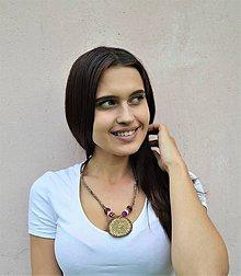 Náhrdelníky - Kožený náhrdelník s kruhovým pleteným príveskom - 10755056_