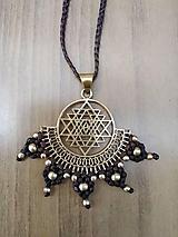 Náhrdelníky - Makramé mosadzny nahrdelnik s posvätným geometrickym vzorom - 10752715_