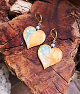 Náušnice - Srdiečkové náušnice z dreva a živice - 10754053_