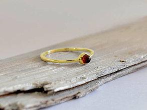 Prstene - 14k zlatý prsteň s granátom - 10756761_