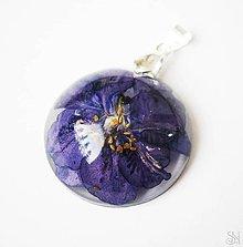 Náhrdelníky - Kruhový živicový prívesok s fialovým kvetom - striebro 925 - 10757974_