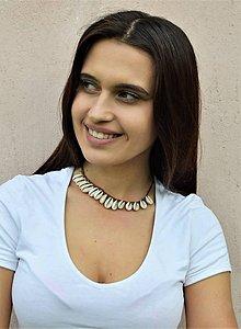 Náhrdelníky - Golierikový náhrdelník z kože a mušlí - 10755073_