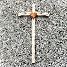 Dekorácie - Malý Drevený Krížik so Srdcom - 10758715_
