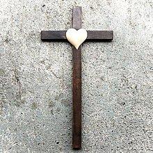 Dekorácie - Tmavý drevený kríž so Srdcom - 10758895_
