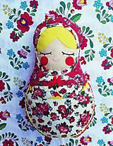Dekorácie - Pestrofarebná dekoračná matrioška červená s bodkami a s kvetinkami - 10760512_
