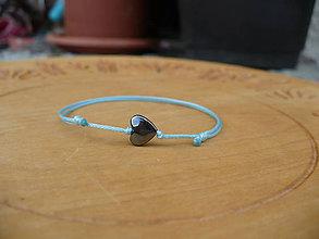 Náramky - jednoduchý šnúrkový náramok s Hematitovým srdiečkom (Modrá) - 10759844_