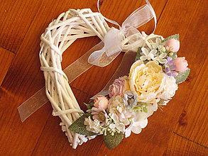 Dekorácie - Kvetinové marhuľkovo-ružové srdiečko - 10764546_