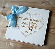 Papiernictvo - Svadobná kniha hostí, drevený fotoalbum -  zaľúbený párik - 10766143_