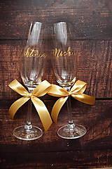 Nádoby - Svadobné poháre s menom zvislo zlaté (šampusový pohár s kamienkom 190ml) - 10772637_