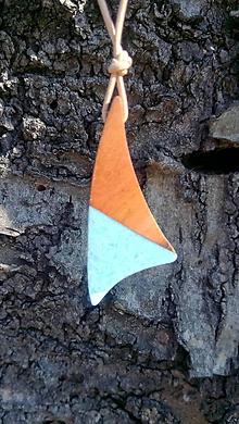 Náhrdelníky - Drevený prívesok so živicou - 10772496_