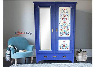 Nábytok - Maľovaný dvojdverový šatník so zrkadlom - 10770290_