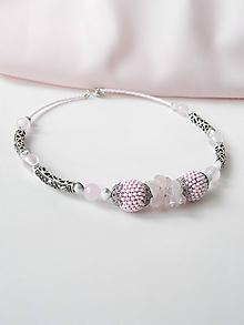 Náhrdelníky - Bledoružový náhrdelník s kovovými časťami a ruženínom - 10771500_