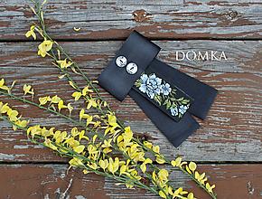 Odznaky/Brošne - Dámska čierno kvetovaná mašľa / brošňa (Modrá /svetlá) - 10776532_