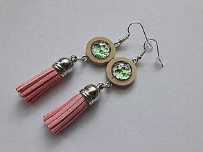 Náušnice - Drevené náušnice so strapcami *Floral* (Ružové strapce, zelený motív) - 10774013_