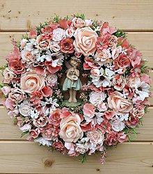 Dekorácie - Rozprávkový veniec na dvere ružovo-marhuľový cca 40cm - 10779269_