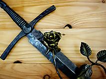 Dekorácie - Meč - kríž s ružou, závesná dekorácia na stenu - 10777997_