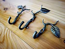 Nábytok - Sada troch kovaných vešiakov s lístkom - 10779399_