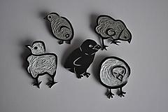 Odznaky/Brošne - Jarná rodinka (3,6 x 4,4 cm - Čierno-biela) - 10781115_