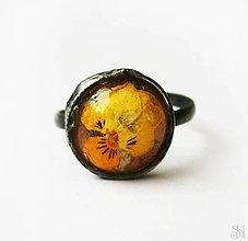 Prstene - Cínovaný (tiffany) prsteň so žltou sirôtkou v živici - 10782937_