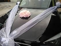 výzdoba svadobného auta s ružovou hortenziou a krémovými ružami