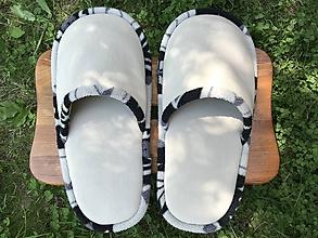 Obuv - Veľké béžové papuče s čiernobielym lemom - 10785669_